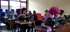 Pemerintah Kota Palangka Raya Latih Ketrampilan Menjahit Untuk Ibu Rumah Tangga