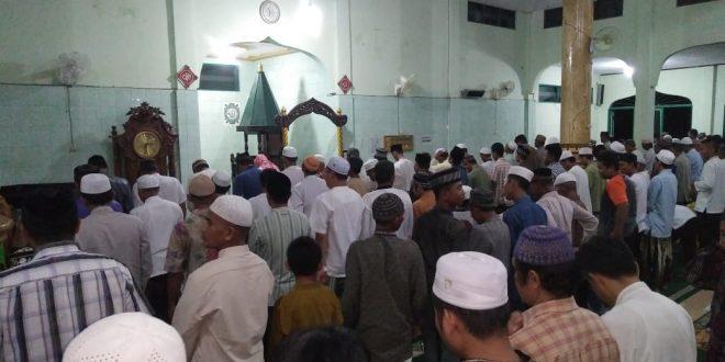 Awal Ramadan, Warga Padati Masjid Gelar Sholat Tarawih