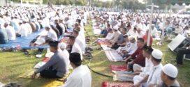 Warga Palangka Raya Salat Idul Fitri di Istana Isen Mulang