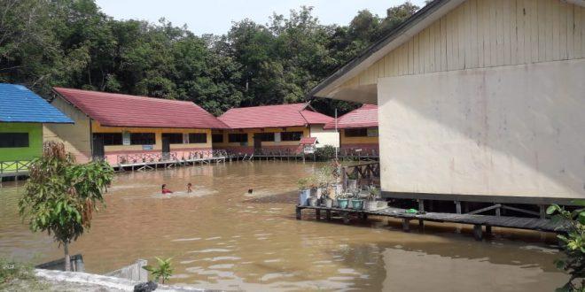 Halaman Dua Sekolah di Tumbang Rungan Palangka Raya Terendam Banjir