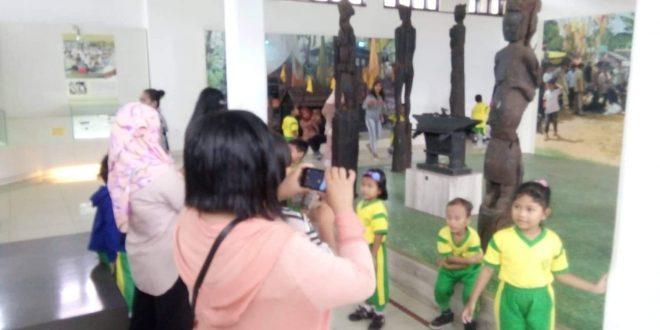 Anak TK Katimpun Dikenalkan dengan Benda Sejarah