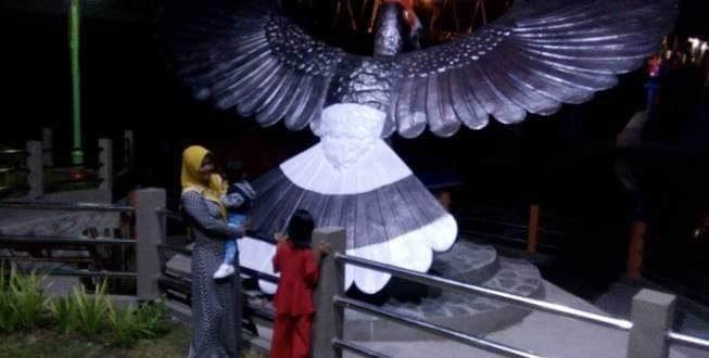 Patung Burung Tingang Ikon Baru di Taman Pasuk Kameloh