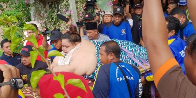 Dinas Kesehatan dan Dinas Damkar dan Penyelamatan Evakuasi Titi Wati ke Rumah Sakit