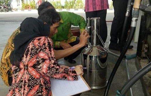 Petugas UPTD Metrologi Legal Rutin Tera Ulang Pompa SPBU