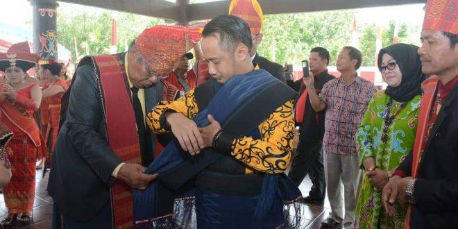 Walikota Palangka Raya Terima Gelar Penghormatan Adat Batak
