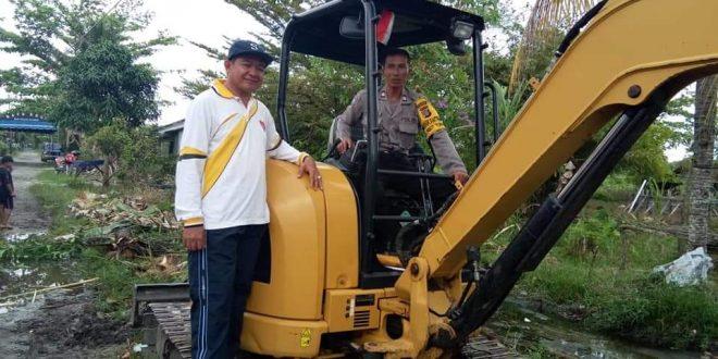 Excavator Mini Bantu Warga Gotong Royong