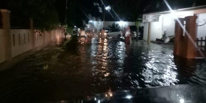 Hujan Deras Mengguyur Palangka Raya, Air Meluap Merembes Rumah Warga