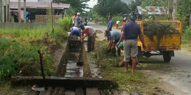 Khawatir Banjir, Warga Jalan Manduhara Kereng Bangkirai Lakukan Pembersihan Drainase