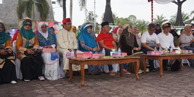 Gubernur Saksikan Jalan Santai Muslimah Cantik di Depan Istana