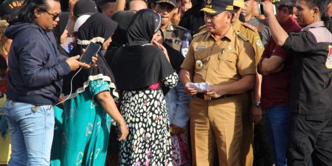 Gubernur Diserbu Warga di Lokasi Kebakaran Jalan Riau