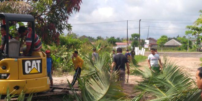 Excavator Milik Pemko Bantu Warga Bangas Permai Buka Drainase