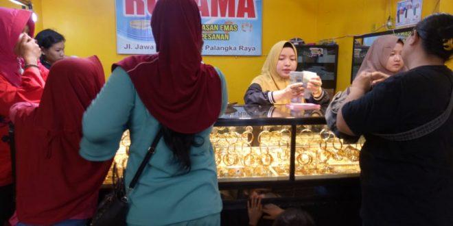 Jelang Lebaran Pedagang Emas Raup Keuntungan
