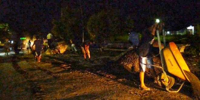 Warga Kereng Bangkirai Bergotong Royong Setelah Shalat Tarawih