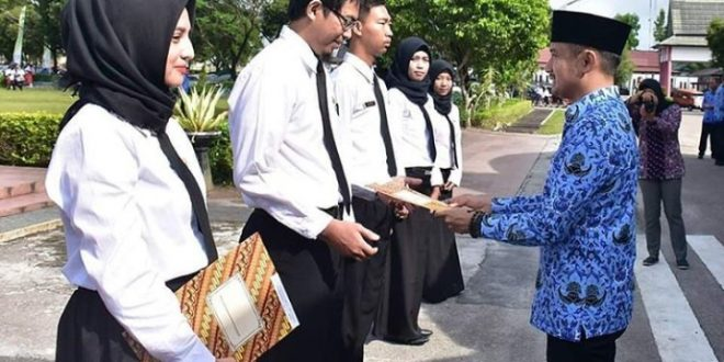Walikota Serahkan SK CPNS Usai Upacara