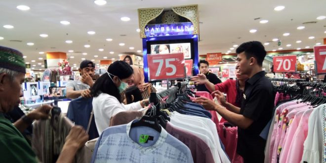 Menjelang Idul Fitri, Pusat Perbelanjaan di Padati Pengunjung