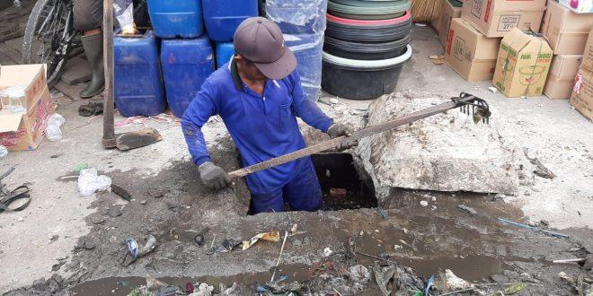 Pemko Bersihkan Drainase Jalan Bangka
