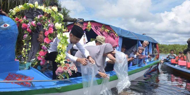Walikota Palangka Raya Tabur 72.000 Benih Ikan di Sungai Sabangau