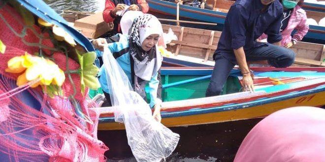 Restocking 20 Bibit Ikan di Tiga Danau
