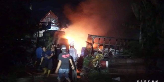 Truk Fuso Terbakar di Gudang Rongsokan