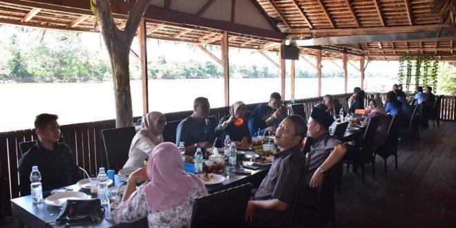 Rombongan DPRK Aceh Singkil Dijamu Makan di Kampung Lauk