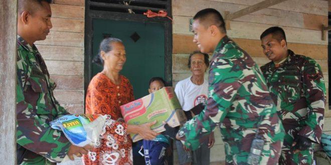 Prajurit Raider Antang Berikan Bantuan kepada Dua Nenek Lansia