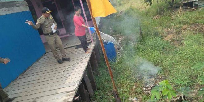 Satpol PP Tegur Warga yang Bakar Sampah