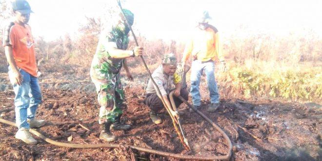 Lurah Petuk Katimpun Pimpin Padamkan Api di Lahan Gambut