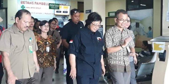 Menteri LHK Jenguk Pasien di Rumah Sakit Awal Bros Betang Pambelum
