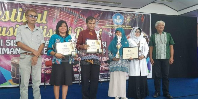 Guru SMAN 5 Palangka Raya Pemenang Penghargaan Acarya Sastra