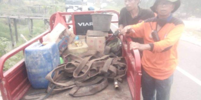 Personil Kaltana Petuk Katimpun Butuh Bantuan Selang Pemadam