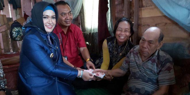 Wakil Walikota Palangka Raya Menyerahkan Dana Lanjut Usia
