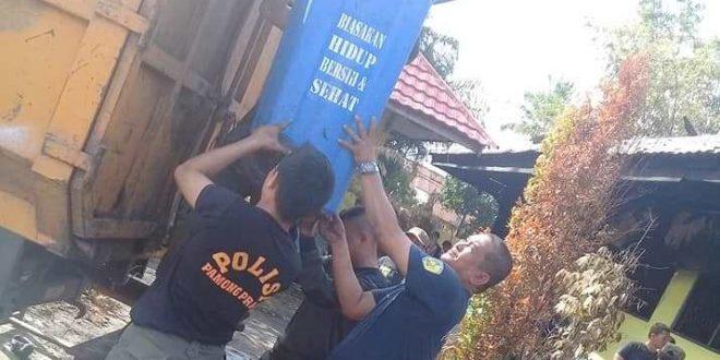Satpol PP dan Polri Kerja Bakti Bersihkan Puing SDN 2 Panarung