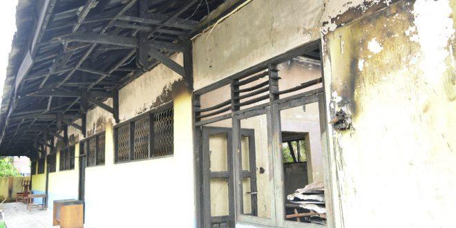 Bekas  Atap Sekolah yang Terbakar Membahayakan