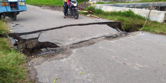 Jembatan Retak Menuju Obyek Wisata Air Hitam Ditutup Sementara