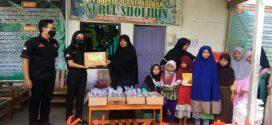 Kelompok Wisata dan Panti Asuhan Menerima Paket Sembako