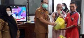 PTT Disdik dan Warga Terdampak Covid Terima Paket Sembako