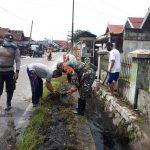 Jalin Kebersamaan, Babinsa Panarung Gotong Royong Bantu Warga Bersihkan Parit