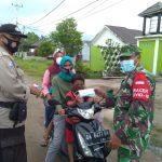 Babinsa Bersama Kelurahan Sabaru, Konsisten Edukasi Dan Bagikan Masker Di Posko PPKM Mikro