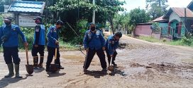 Bersihkan Pasir di Jalan Demi Keselamatan Pengendara