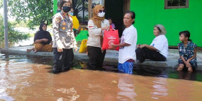 Lurah Kalampangan Dampingi Polsek Sebangau Salurkan Bantuan Sembako Bagi Warga Terdampak Banjir