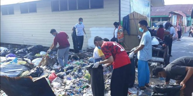 Khawatir Menyumbat Drainase, Kelurahan Langkai Kerja Bhakti Bersama Bersihkan Sampah di Pondok Pesantren Hidayatul Insan