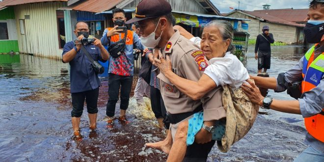 Pos Siaga Banjir Evakuasi Warga di Jalan Mendawai